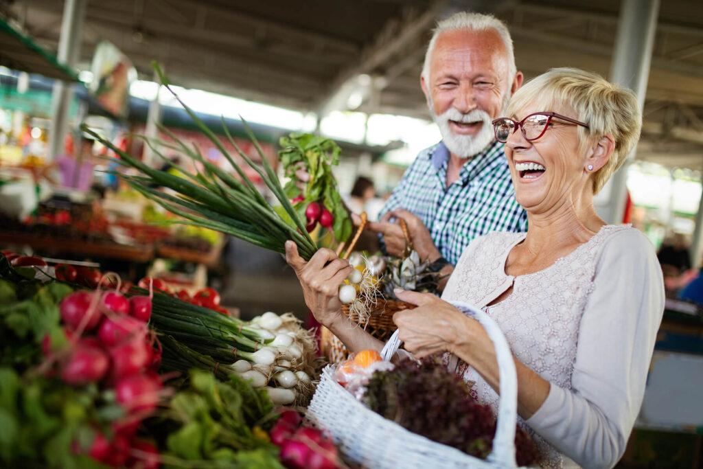 Paar beim gesunden Einkauf